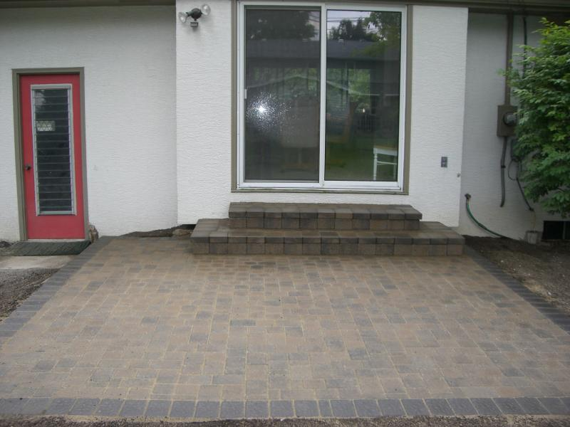 Paver patio made with Olde Greenwich Cobble in River Blend and Charcoal soilder